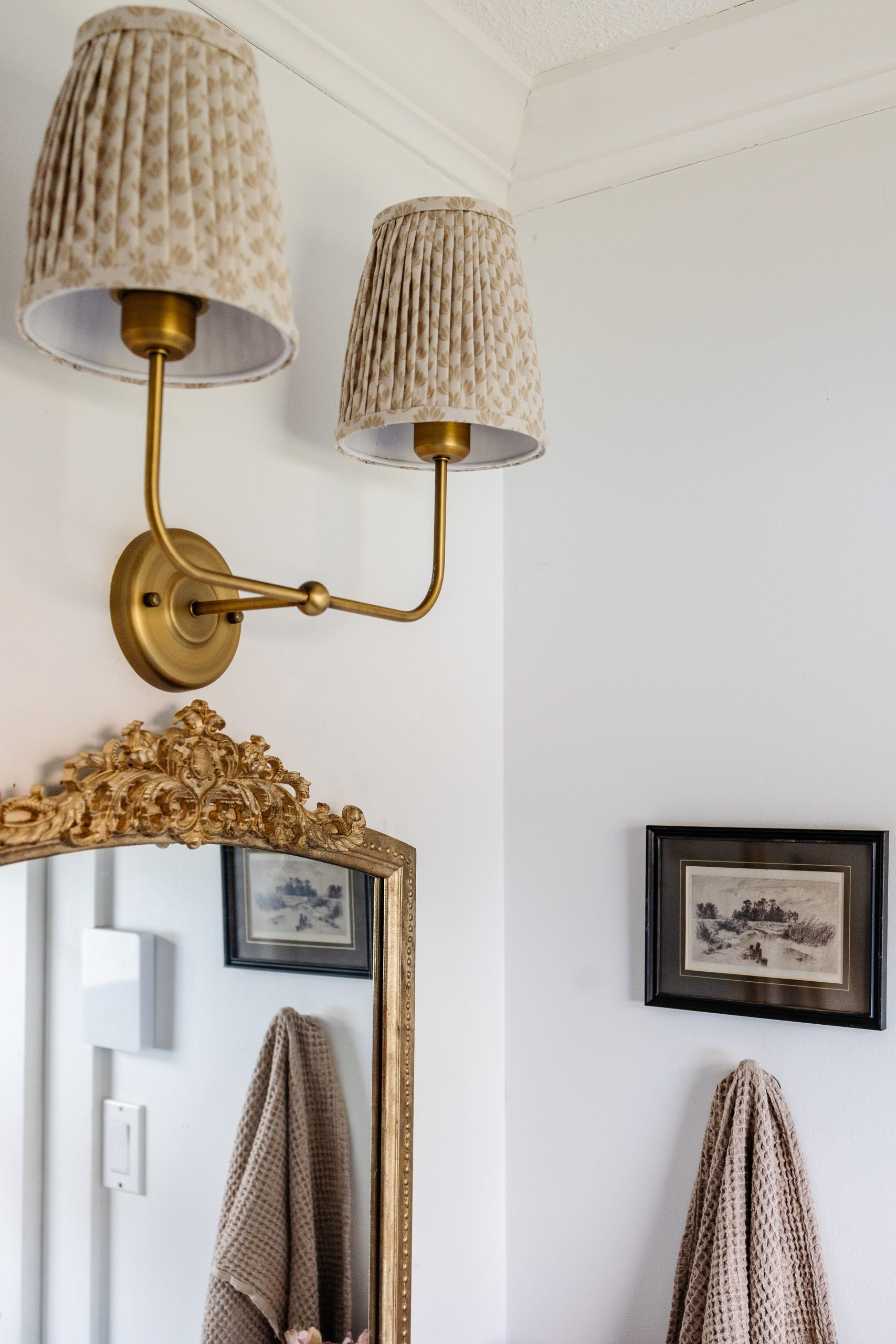 7 ways to decorate a small bathroom  Do you rent or do you have a non-existent budget?  Here are 7 ways to inexpensively decorate your bathroom!
